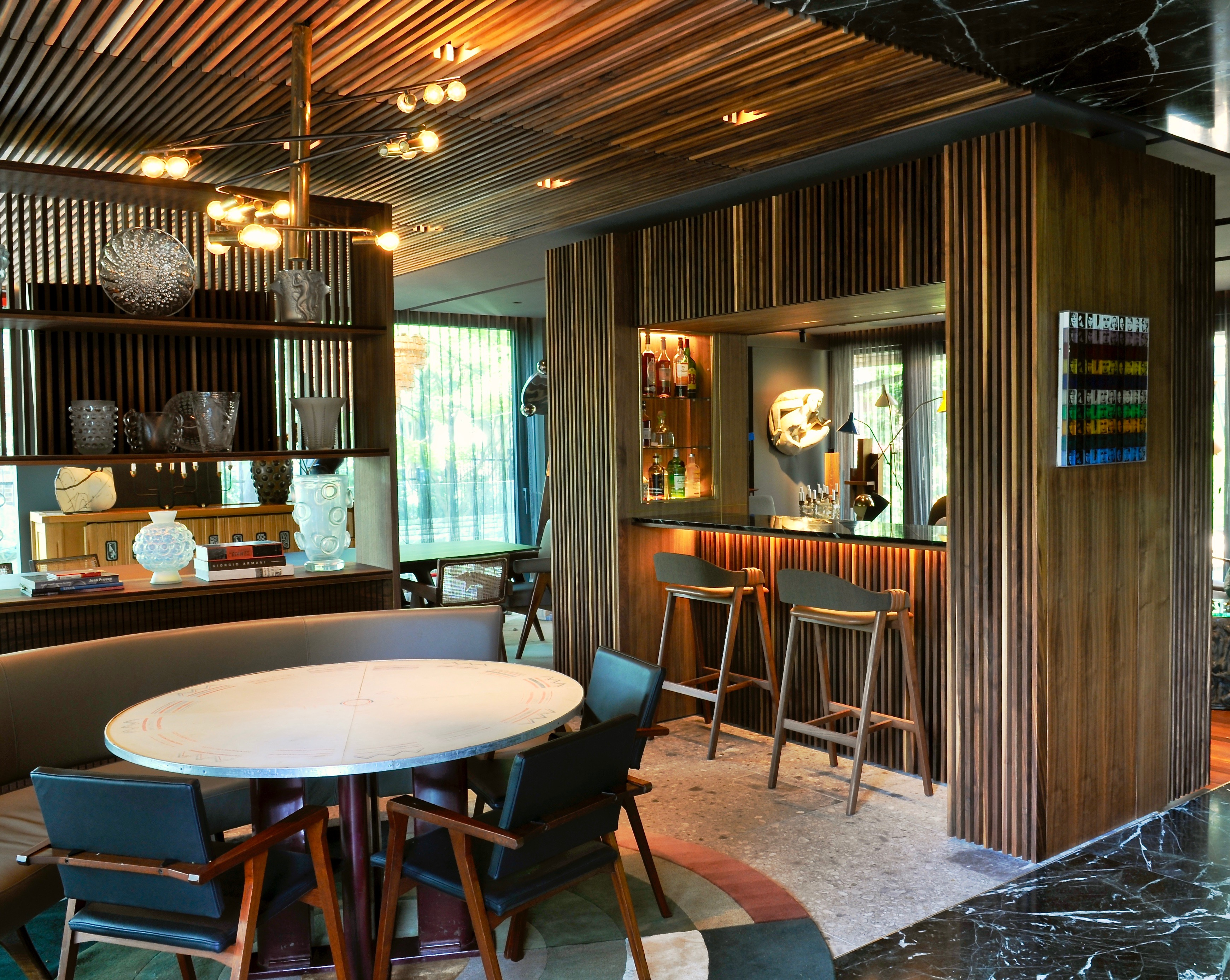 Aménagements et mobilier architectural de salon, cuisine, bar, et walk-in dans la chambre. Noyer plaqué huilé. fabriqué sur mesure par Amik Ébénisterie à Montréal.