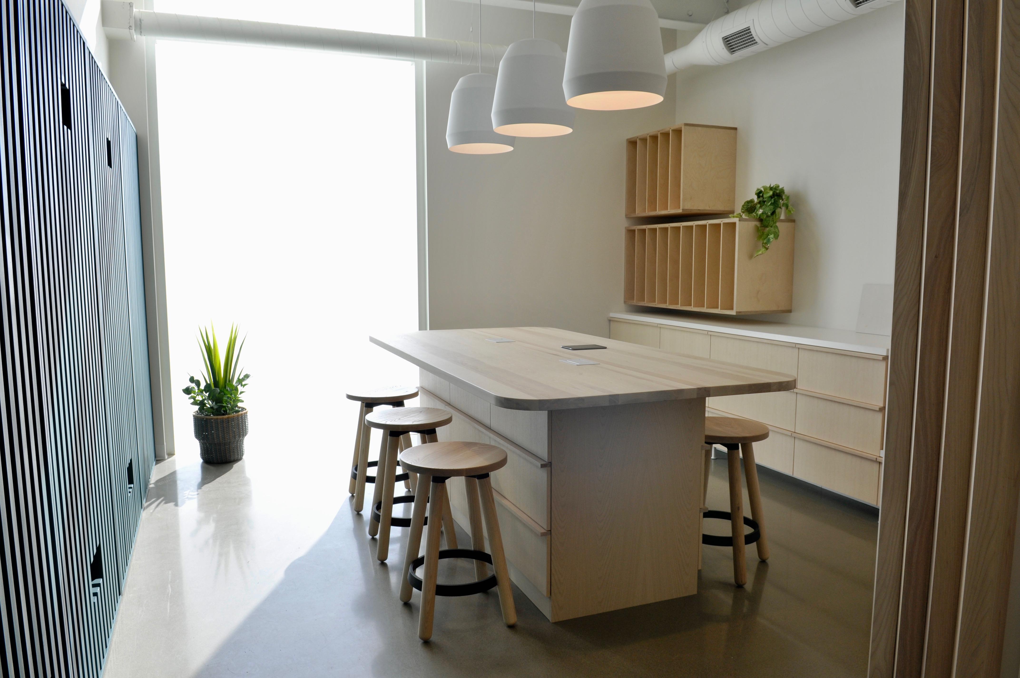 Ouvrages d'ébénisterie et aménagements sur mesure, réalisés pour un complex d'habitations à Terrebonne, Quebec. Fabriqué à Montréal par Amik Ébénisterie.